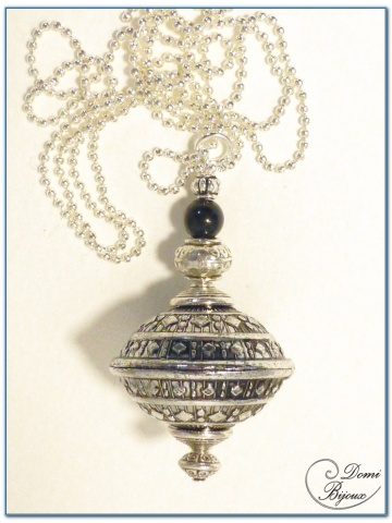 Collier fantaisie finition argente boule fligrane ovale 30mm