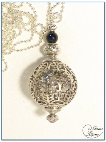 collier fantaisie finition argente boule filigrane 25mm