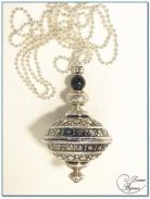 Collier fantaisie finition argente boule fligrane ovale 30mm