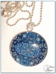collier fantaisie finition argenté cabochon mandala bleu 30mm