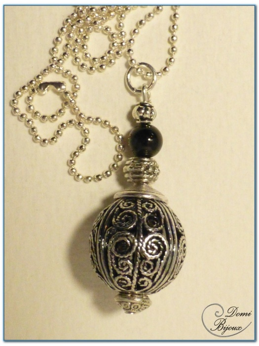 collier fantaisie fition argenté boule filigrane  18 mm et perle onyx